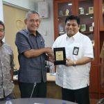 Faizal Hafan Farid (pakai kacamata) Ketua Pansus Pasar Distribusi, bersama Ahmad Ruhyat menerima kunjungan instansi.