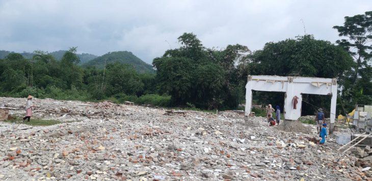 Sekolahan SDN 1 Malangnengah Purwakarta diratakan dengan tanah, demi proyek kereta cepat. Ratusan siswa terpaksa ngungsi di kantor desa, sebelum mendapatkan gedung baru tempat belajar mengajar.