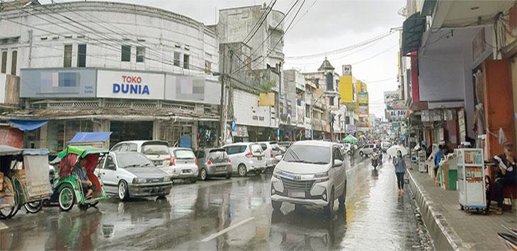 Suasana Jalan A Yani yang dipenuhi parkir kendaraan hingga di bahu jalan yang kerap mengakibatkan kemacetan.