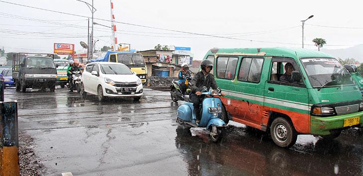 Sejumlah kendaraan melintas di Jalan Dustira - Sriwijaya, Kota Cimahi, Kamis (9/1/2020).