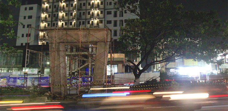 Sejumlah kendaraan melintas di dekat lokasi jalan yang akan diberlakukan sistem Contraflow di kawasan Jalan Margonda Raya, Minggu (19/1/2020). Radar Depok
