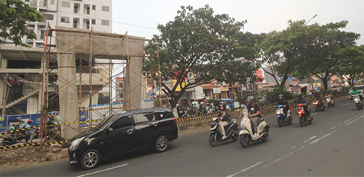 Sejumlah kendaraan melintas di dekat lokasi jalan yang akan diberlakukan sistem Contraflow di kawasan Jalan Margonda Raya, Jumat (17/1/2020). Radar Depok