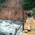 Jembatan sementara di atas Sungai Ciberang