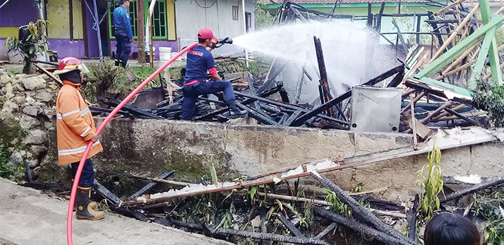 Warga dan petugas gabungan saat memadamkan sisa-sisa api yang membakar rumah Mak Heni (50) di Kampung Padabeunghar, Rt (4/1) Desa Padabeunghar, Kecamatan Jampangtengah, pada akhir pekan sabtu (18/1/2020).