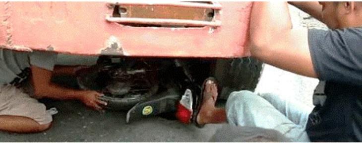 Warga berusaha mengeluarkan sepeda motor yang masuk kolong truk tronton di Jl Raya Cirebon-Bandung tepatnya di Desa Kedungbunder, Kecamatan Gempol, Kabupaten Cirebon, Minggu (5/1)./Foto: Istimewa