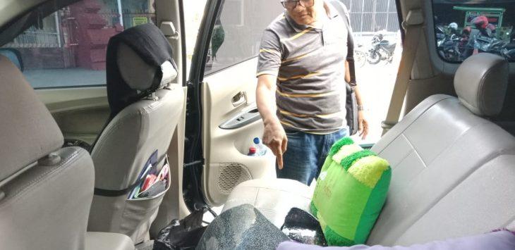 Korban tunjukan kaca mobil yang pecah. Dede