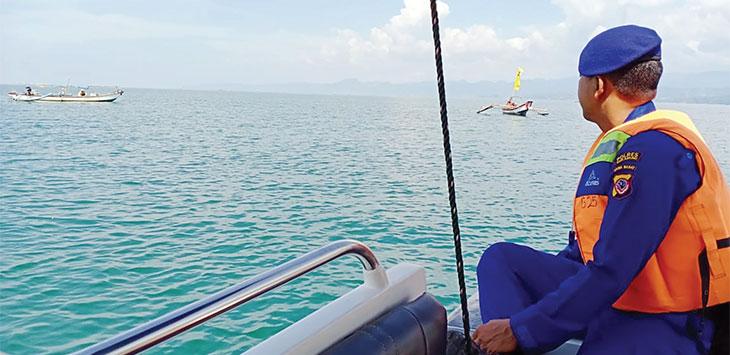 Anggota Satpolair Polres Sukabumi saat melakukan patroli dialogis di pesisir Pantai Palabuhanratu, kamis (16/1/2020).