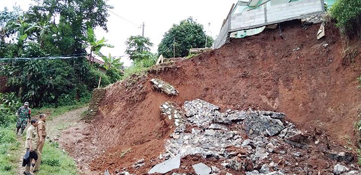 Pemerintah Desa Palasari Hilir, Kecamatan Parungkuda saat melakukan pengecekan bencana longsor di Kampung Bandalulan RT27/04, rabu (8/1/2020).