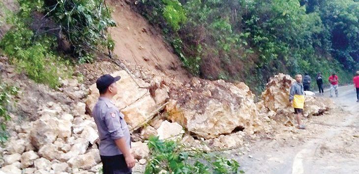 Petugas gabungan saat mengevakuasi material longsor yang menutup Jalan Raya Nyalindung-Sagaranten, tepatnya di Kampung Selagombong Cibodas, RT 2/3, Desa Cijangkar, Kecamatan Nyalindung.