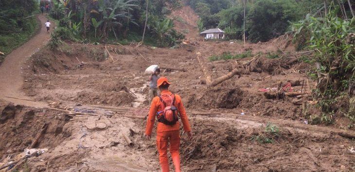 Tim SAR Basarnas saat mencari korban longsor di Sukajaya, Bogor./Foto: Istimewa