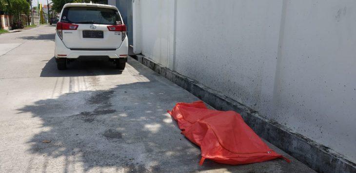Mayat wanita kantong jenazah menunggu evakuasi. Dede