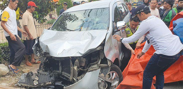 Mobil Avanza mengalami kerusakan bagian depan akibat menabrak tiga sepeda motor di Jalan Raya Muchtar depan Perumahan Telaga Golf, Kelurahan/Kecamatan Sawangan, Selasa (14/1/2020). Radar Depok