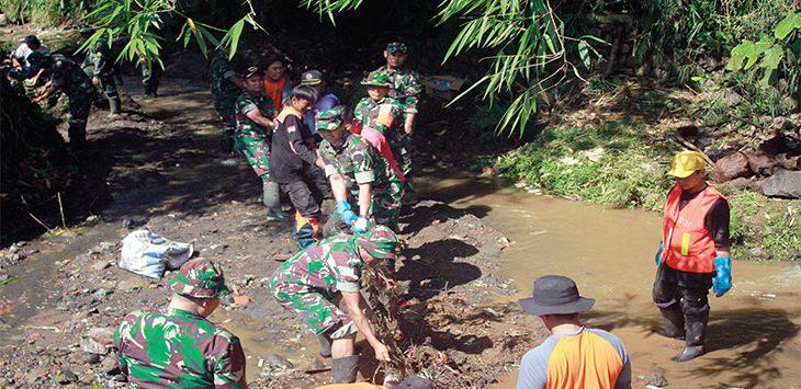 Dandim 0607 Kota Sukabumi Letkol Danang Prasetyo Wibowo ikut turun untuk membersihkan sampah bersama para petugas lainnya.