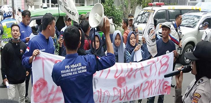 Puluhan mahasiswa yang tergabung dalam organisasi PB Himasi menggelar aksi demonstrasi di halaman kantor Dinas Perhuhungan Kota Sukabumi, senin (13/1/2020).