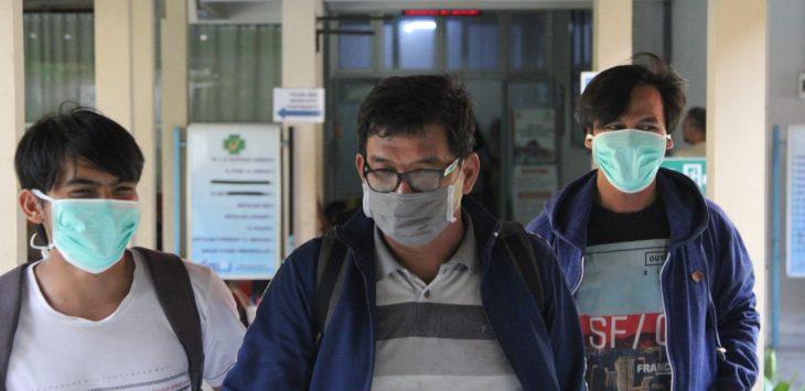 Warga pakai masker antisipasi penyebaran virus verona. Dede