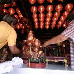 Pembersihan patung di Vihara Dhanagun Jalan Suryakencana (cek)
