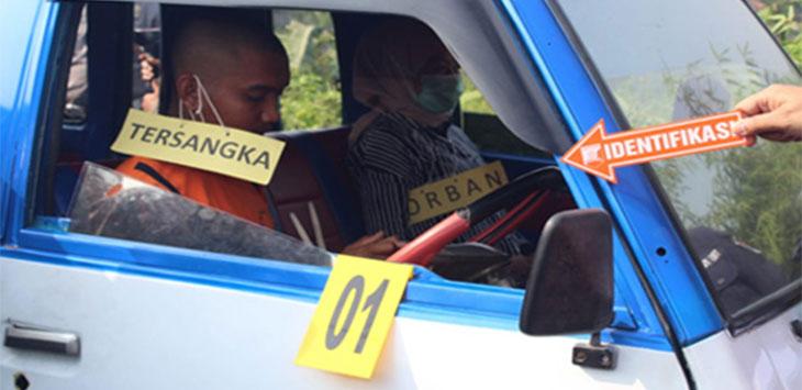 Salah satu adegan rekonstruksi pembunuhan AUS oleh RH yang digelar Polres Sukabumi Kota.