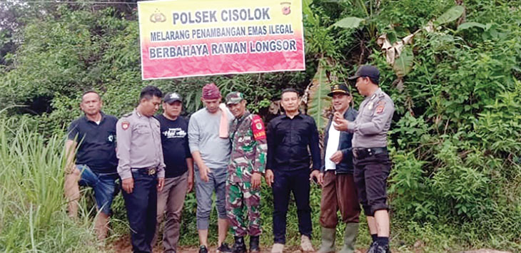Polsek Cisolok saat melakukan himbauan untuk tidak melakukan penambangan di area rawan longsor.