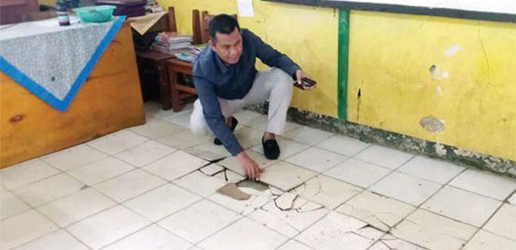 Anggota Komisi VI, DPRD Kabupaten Sukabumi, Hera Iskandar saat meninjau kondisi SDN 10 Cibadak, Kecamatan Cibadak yang mengalami pergerakan tanah, Jumat (10/1/2020).