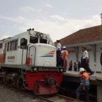 Petugas uji coba jalur kereta api di Stasiun Garut