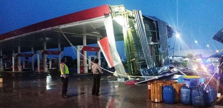 SPBU rusak parah diterjang angin puting beliung./Foto: Rmol