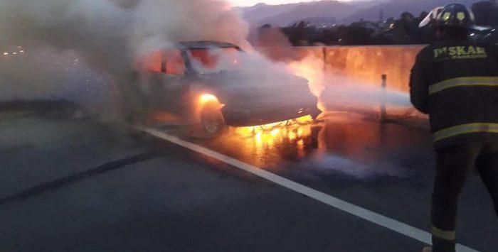 Sedan terbakar di Tol Soreang Pasirkoja (ist)