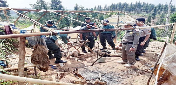 Sejumlah anggota Polhut KPH Sukabumi, TNI, Polri beserta Muspika Kecamatan Lengkong, saat melakukan operasi tambang ilegal, selasa (21/1/2020).