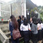 Teman-teman mendiang Noven Cahya yang berdoa di lokasi penikaman di Baranangsiang (adi)