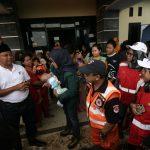 Wagub Jabar Uu di lokasi pengungsi di Pasir Madang Sukajaya (cek)