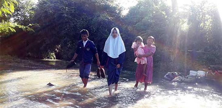 Sejumlah siswa terpaksa harus bertaruh nyawa saat melintasi sungai Cibojong untuk dapat belajar ke sekolahnya.