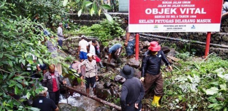 Warga Desa Cipaniis, Kecamatan Pasawahan, Kabupaten Kuningan, bergotong royong membersihkan aliran Sungai Cipaniis mulai dari hulu hingga hilir./Foto: RC