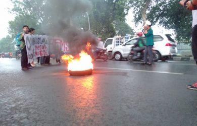 Aksi bakar ban mahasiswa Bogor di depan Balaikota kritik 100 hari kerja Presiden Jokowi (adi1)
