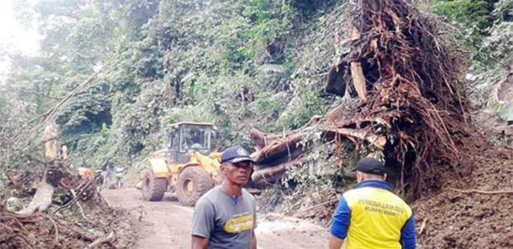 Petugas BPBD saat mengevakuasi material longsoran yang menutupi ruas jalan provinsi di kawasan Geopark Ciletuh.