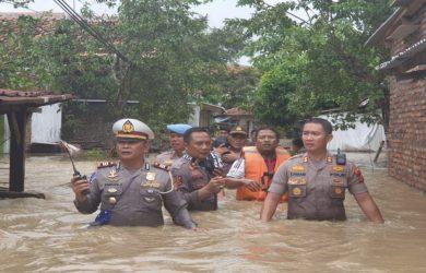 Kapolres Subang turun tangan langsung ke lokasi banjir di Subang (ist)