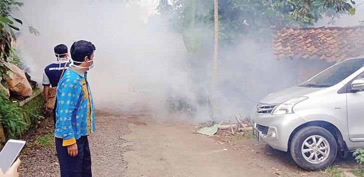 Pemerintah Kecamatan Cikembar dan petugas puskesmas saat melakukan fogging untuk memberantas sarang jentik nyamuk DBD di wilayah Desa Parakanlima, selasa (4/2/2020).