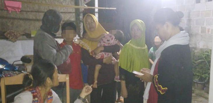 Orang rua dan korban berkumpul sebelum dimintai keterangan di Polrestro Depok, semalam (21/2/2020) Radar Depok