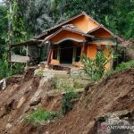 Kondisi rumah yang terdampak bencana longsor di Kecamatan Talegong, Kabupaten Garut