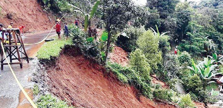 Akses jalan di Kecamatan Bojong, Kabupaten Purwakarta nyaris putus karena dilanda longsor.
