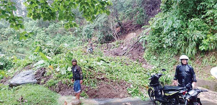 Material longsor yang menimbun ruas jalan provinsi, tepatnya di Kampung Cipeucang, Desa Mekarsakti, Kecamatan Ciemas mengakibatkan kendaraan roda empat maupun roda dua tak bisa lewat.