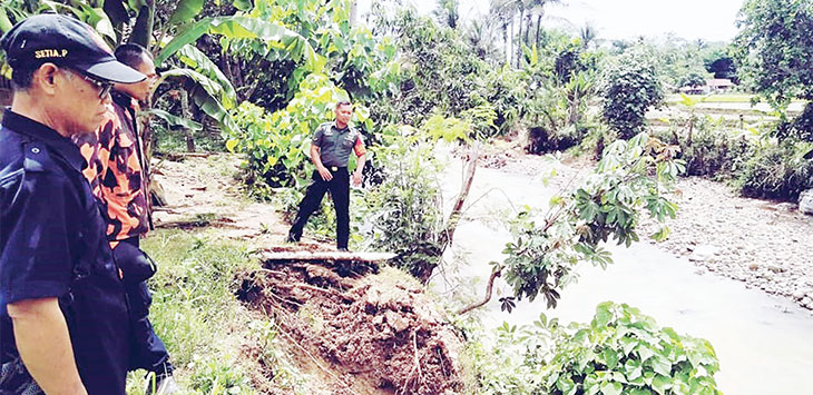 Petugas Desa Cibatu, Kecamatan Cikembar, saat meninjau lokasi longsor di Kampung Cibatu Lembur RT3/4, belum lama ini.