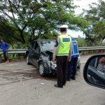 Mobil Honda Brio yang menabrak pembatas Tol BORR (ist)