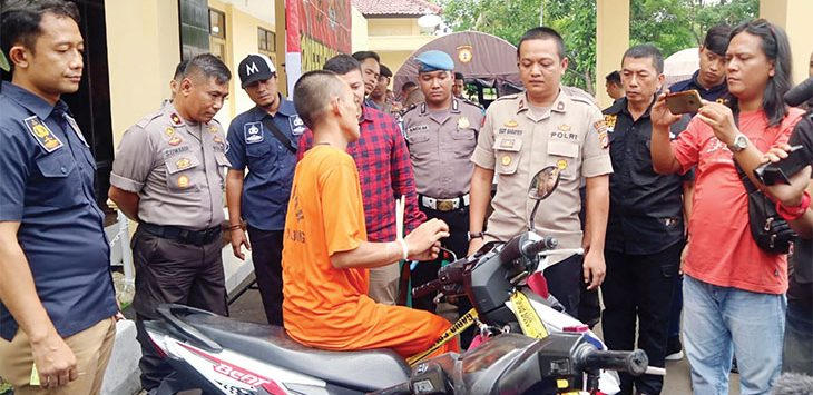 Polres Sukabumi saat menggelar rilis dan memperlihatkan lima orang tersangka di Halaman Mapolres Sukabumi, kamis (13/2).