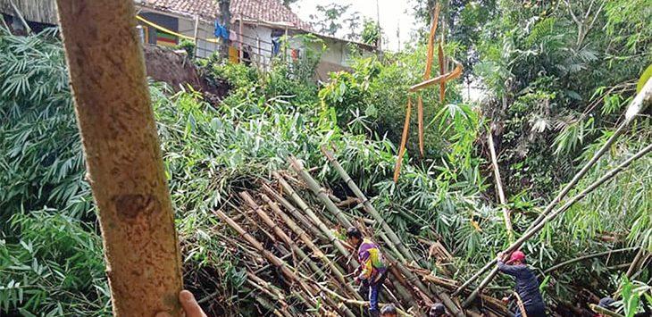 BPBD Kota Sukabumi bersama petugas gabungan saat mengevakuasi material longsoran di Kampung Ciseureuh, RT 2/5 Kelurahan Karang Tengah, Kecamatan Warudoyong.