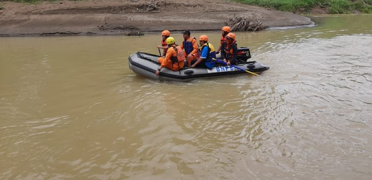 Tim gabungan mencari bocah hanyut di Sungai Ciputrahaji Ciamis (ist)