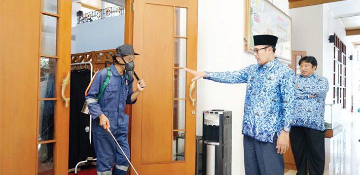 Walikota Sukabumi, Achmad Fahmi saat meninjau petugas saat penyemprotan desinfektan di beberapa titik tempat ibadah dan lainnya, selasa (17/03/2020).