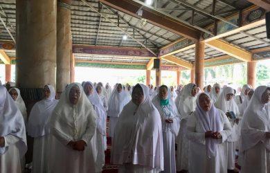 Ibu-ibu Majelis Ta'lim Se-Karawang tengah istighosah