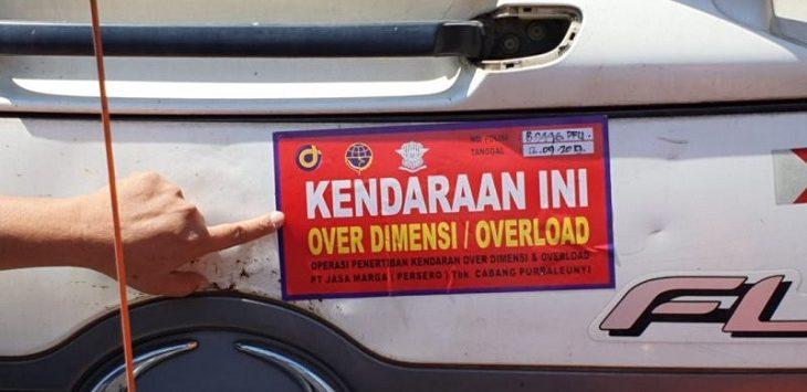 Truk pelanggar Over Dimension dan Overload diberi stiker bukti pelanggaran oleh petugas./Foto: Istimewa