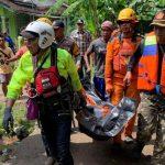 Petugas SAR mengevakuasi jenazah seorang warga yang tenggelam di Sungai Ciputrahaji, Kabupaten Ciamis, Minggu (1/3)./ Foto: Istimewa