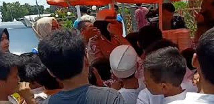 Polisi Wanita (Polwan) Satlantas Polres Cirebon Kota membagikan makanan, minuman dan buah-buahan gratis kepada jamaah masjid At Taqwa, Jumat (4/3)./Foto: IDede