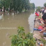 Ribuan Mancing Mania Bekasi Berburu Ikan di Kali Jalan Baru